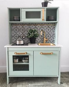 16 Stupid-Cute Ikea Kid Kitchen Hacks Do you own Ikea's Duktig — the kid's play kitchen? If so, check out these 16 insanely gorgeous DIYs to make the toy even cooler. Ikea Kids Kitchen, Mini Kitchen, Kitchen Decor, Kitchen Design, Ikea Childrens Kitchen, Kitchen Racks, Wooden Toy Kitchen, 10x10 Kitchen, Cute Kitchen