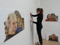 04 Aufbau der Ausstellung ICH SCHAUE DICH AN, ein Ausstellungs- und Filmprojekt mit Olaf Böhme in der Galerie Sybille Nütt Dresden, NOV/DEZ 2013, Mitarbeiterin Frau Maren Marzilger