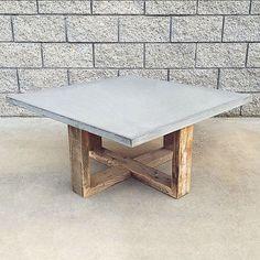 Notre table basse rustique avec une touche moderne. Cest une de nos tables de café préférés. La base est fabriqué artisanalement à partir de bois récupéré grange qui a été récupéré de granges dans le centre-ouest des États-Unis et le dessus est en ciment plan de travail solide de haute qualité. Le bois est plus de 150 ans, mais est encore en excellent état. Au cours de sa vie le bois a accumulé imperfections qui sont unique et magnifique à bien des égards. Nous ne pas de détresse ou…