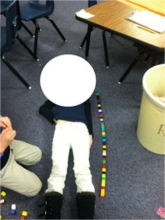 We have started our measurement unit! Yeah! We start by learning how to measure length with connecting cubes.