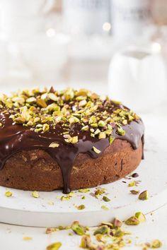 Deze chocolade kardemom taart is behalve erg lekker ook erg machtig dus neem vooral een klein stukje! of ga jezelf te buiten en doe dat vooral niet!