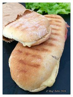 Depuis le temps que je voulais faire des panini maison ..... ben c'est fait et je suis trop contente !!! Le pain à Panini est un ...