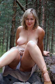 Голые девушки на публике, эксгибиционистки, эротика.: Зрелая женщина, фото сессия в лесу, частное фото. Mature woman photo session in the forest, private photos