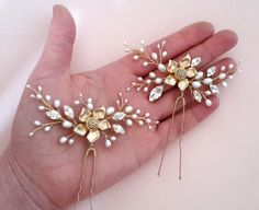 This set of two (2) pearl hair pins with freshwater pearls, 16k matt gold plated flowers and Swarovski crystals.  Used gold plated wire.  Size 4 * 9 cm.    Ready to ship!  Standard postal service 2-4 weeks.