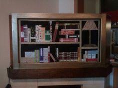 Una libreria en el marco de un cuadro sobre mi chimenea, me encanta!