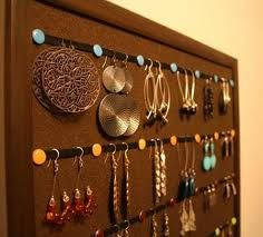 Cool way to organize earings. Sooooo simple! A bulletin board, ribbon and tacks. Why didn't I think of that???