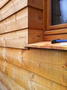 Houten kozijn in een gevel van houten delen. De houten delen zijn de hoek omgezet bij het kozijn als negge en de waterslag is hier ook van hout. Wood Facade, Timber Door, House Cladding, Timber Cladding, Wooden Buildings, Small Buildings, Garden Huts, Small Log Cabin, Timber Structure