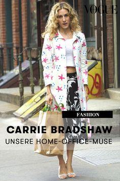 """Aufräumen in Stilettos und E-Mails beantworten in Marabufedern – Carrie Bradshaw machte in """"Sex and the City"""" vor, wie stilvolles Home-Office meisterhaft gelingt. #voguegermany #carriebradshaw #stayingathome #homeoffice #fashion"""