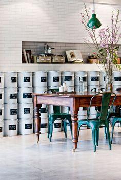 Biała płytka ceglana znalazła zastosowanie na ścianach w kawiarni w Melbourne. Coraz częściej spotykana w polskich kuchniach. Doskonała inspiracja, praktyczna i łatwa w utrzymaniu, znakomita do kuchni i salonów.