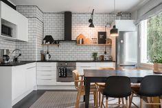 Yläkaapiton keittiö tiililadotuilla laatoilla