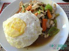 Reis mit Gemüse, Hühnchen und Spiegelei vom Lao Kitchen Restaurant in Vientiane