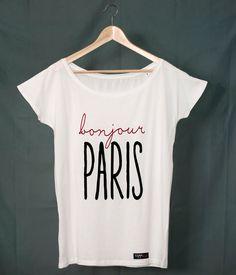 Camiseta de mujer de manga corta y cuello de barco de color blanco con estampación de texto Bonjour Paris.