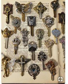 Pretty crafty inspiration use of old keys and jewelry elements Key Jewelry, Jewelry Art, Jewelry Design, Jewelry Making, Jewellery, Jewelry Ideas, Jewelry Accessories, Fine Jewelry, Vintage Jewelry Crafts
