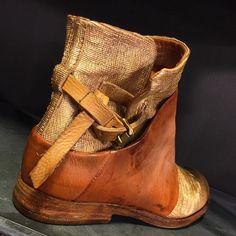 Deze wil je !  AS 98 mooi Italiaans design. Eigenzinnig stoer vrouwelijk. Prachtig uitgepoetste leer. Je moet wel stijl & klasse hebben. Als je karakter hebt kom je naar Exloo.  Voor een schoenen met klasse  kom je naar Exloo #schutrups #schoenen #schutrupswoman  #exloo #exlooisalwaysagoodidea #as98 #traveling #trend #citytrip #fashion #fly #walking #moda #lifestyle #pure #shoes #boots #italian #design Brown Leather Boots, Flower Power, Cowboy Boots, Gypsy, Slippers, Wedges, Boho, Shoes, Fashion
