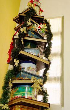 A internauta Yvone Pereira criou uma árvore de Natal com latas antigas e volumes de enciclopédia. Ela publicou a imagem na comunidade Casa Claudia.