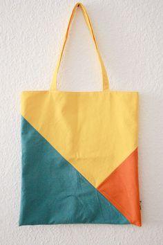 Dreifarbiger Stoffbeutel im geometrischen Muster zusammengenäht. Gelb-orange-hellblau - mehr Farbe für den Frühling geht nicht