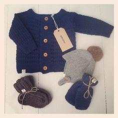 Asta & Alfred cardigan i uld/bomuld, ragsokker i ren uld, babyluffer i merinould og djævlehue med kaninpompon i økologisk farvet alpaca uld.