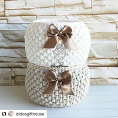 #repost #cestosorganizadores #fiodemalha #fiosdemalha #trapillo #trapilho #totora #crochet #croche #crochetadict #feitoamao #trabalhomanual #handmade #decoracao #decor #desing @didosgifthouse Crochet Bowl, Diy Crochet, Crochet Hats, Crochet Baskets, Knitted Pouf, Crochet Carpet, Crochet T Shirts, Crochet Baby Boots, T Shirt Yarn