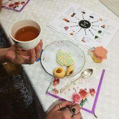 Dos de nuestras editoras pasaron la noche en la cata de té de @filippateahouse.mx en donde maridaron diferentes infusiones con galletas y mermeladas. Pronto en el sitio les compartiremos los descubrimientos. #Caprichos #RitualesDeTé #BrebajesYalipuses