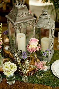 THIS CENTERPIECE WITH MINIATURE GLASS VASES FOR ENCHANTED WOODLAND THEME PARTY