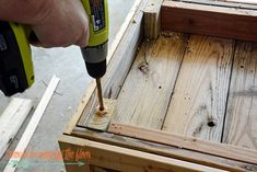 This DIY Planter Box with Wheels is perfect for any patio or garden area. It works perfectly for vegetables or flowers. And rolls where ever you want it. Tutorial is loaded with photos and step-by-step instructions to make this in one morning. Wooden Planter Boxes Diy, Wood Pallet Planters, Cedar Planter Box, Wooden Diy, Diy Planters Outdoor, Diy Plant Stand, Diy Pallet Furniture, Backyard Projects, Diy Woodworking