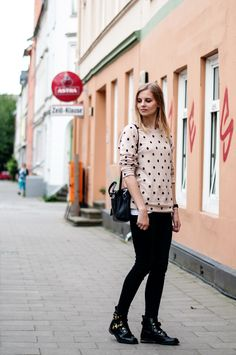 Casual Style: dotted powder nude sweater, pullover, black radley bag, black Levis Jeans, asos boots  - Streetstyle, Hamburg, Outfit, Blogger