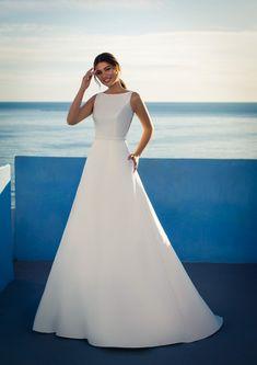 Dieses wunderschöne Brautkleid aus der aktuellen White One Kollektion 2021 findest Du bei Boesckens in Erkelenz. Es ist eines von hunderten Brautkleidmodellen, die Du in allen Größen von 32 bis 58 bei uns erleben kannst. Die allermeisten Bräute buchen rechtzeitig vor der Hochzeit einen unverbindlichen Beratungstermin, damit sie ihr ganz persönliches Traumkleid bei uns finden. Wir freuen uns auf Dich!   ::  #brautkleid #hochzeitskleid #boesckens Formal Dresses For Weddings, White Wedding Dresses, Chiffon, Bateau Neckline, Designer Gowns, New Dress, One Shoulder Wedding Dress, Marie, Fashion Beauty