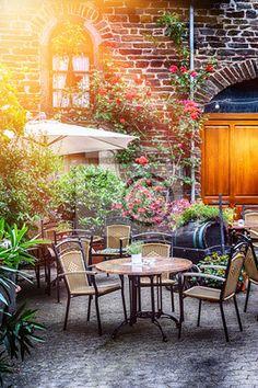 Fotobehang Cafe terras in kleine Europese stad