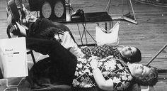 """Relaxing Mozart. Teresa Berganza y Pilar Lorengar durante la grabación de """"Così fan tutte"""" con Georg Solti."""