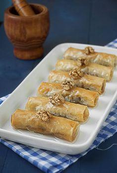 Nadire Atas On Baklava Desserts Prstohvat soli: Baklava rolnice Greek Sweets, Greek Desserts, Just Desserts, Delicious Desserts, Dessert Recipes, Yummy Food, Turkish Recipes, Greek Recipes, Baklava Recipe