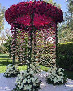 """3,930 curtidas, 31 comentários - @cassianedorigon (@ideiasdebolosefestas) no Instagram: """"Cenário lindo para casamento. Por @mindyweiss. #ideiasdebolosefestas #ideiasbolosefestas #casamento…"""""""