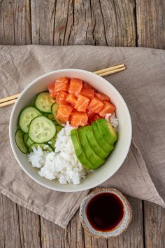 salmon poke bowl with fresh fish, rice, cucumber, avocado Healthy Cooking, Healthy Life, Healthy Food Alternatives, Food Concept, Greens Recipe, Food Photo, Food Inspiration, Breakfast Recipes, Vegan Recipes