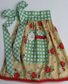 Apron in a Jar.When the pattern doesn't fit in the jar. place the pattern and the jar together in a cute little basket. Sewing Aprons, Apron Sewing Patterns, Apron Pattern Free, Vintage Apron Pattern, Dress Patterns, Bee In My Bonnet, Cute Aprons, Half Apron, Aprons Vintage