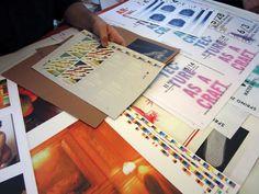 Het begint met bewustzijn « nieuweklasse  De basis van offsetdrukwerk is de transparantie van de kleuren, anders dan de dekkende inkten van het zeefdrukken. Maar ook hier wordt er gespeeld op de grens van de mogelijkheden. Extra kleuren/lagen inkt worden aan fullcolordrukwerk toegevoegd om de foto's helderder, contrastrijker te krijgen. Vooral bij ongestreken papier levert dat heel wat op.