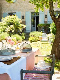 L'autenticitàche permea ogni angolo di questa Maison d'Hotes piena di fascino è merito di Stéphanie Vergot e del suo compagno, che hanno lasciato la vita in città per inseguire un sogno, quello di aprire un boutique hotel nel sud della Francia.Si chiama Demeure de Roquelongue e occupa un
