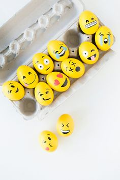 Looking for a fun egg decorating activity for your nieces and nephews this Easter? You& love this super cute (and easy) Easter egg craft. Emoji Easter Eggs, Plastic Easter Eggs, Easter Egg Crafts, Easter Decor, Easter Egg Pictures, Funny Eggs, Sharpie Projects, Diy Projects, Diy Y Manualidades