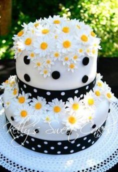 Cute daisy wedding cake