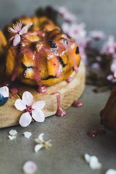 Spring blueberry mini bundt cakes | trheea.com #bundtcake #blueberry #spring