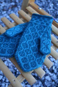 Ravelry: Doris pattern by Clara Falk Fair Isle Knitting, Knitting Socks, Wrist Warmers, Hand Warmers, Sweater Mittens, Mittens Pattern, Knitting Accessories, Knitted Gloves, Dory
