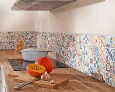Relooking cuisine pour moins de 250 euros - Côté Maison Modern Kitchen Cabinets, Kitchen Interior, Kitchen Design, Kitchen Splashback Tiles, Tile Stickers Kitchen, Small Bathroom Layout, Kitchen Hacks, Cozy House, Home Kitchens