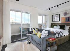 De frente para a cama, o sofá-cama da Lafer, com almofadas Trico Decor, permite que a moradora receba os familiares. O piso do apê é da American Pisos (Foto: Mariana Orsi/Divulgação)