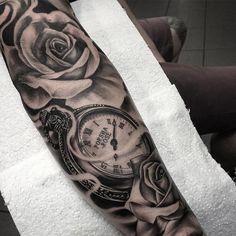 tatouage bras homme noir et gris- montre gousset et rose réalistes