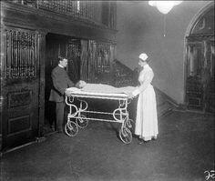 1922 - Os cientistas foram para uma enfermaria de hospital com crianças diabéticas, a maioria delas em coma e morrendo de cetoacidose diabética. Este é conhecido como um dos momentos mais incríveis da medicina. Imagine uma sala cheia de pais sentados à beira do leito esperando a inevitável morte de seus filhos. Os cientistas passaram de cama-a-cama e injetaram nas crianças o novo extrato purificado - insulina.