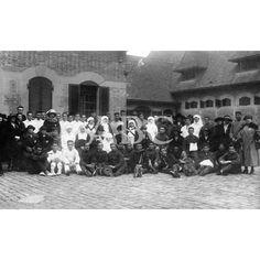 /10/1921 SAN SEBASTIÁN. EN EL HOSPITAL DE LA CRUZ ROJA, DE MIRAMAR. SU MAJESTAD LA REINA DOÑA MARÍA CRISTINA (X), CON LOS HERIDOS, DAMAS, ENFERMERAS Y PERSONAL DEL HOSPITAL INSTALADO EN LAS CABALLERIZAS REALES: Descarga y compra fotografías históricas en   abcfoto.abc.es