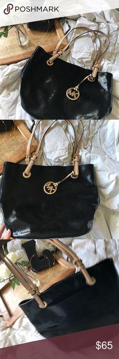 Michael Kors purse🖤✨ Black, gently used Michale Kors Purse! Michael Kors Bags Shoulder Bags