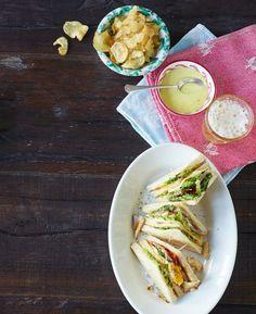 Wenn du etwas Zeit hast, kannst du die Chips auch selbst frittieren: Kartoffeln in Salzwasser hobeln, 10 Minuten ziehen lassen, und trocken getupft ins Öl geben. Dieser Partyklassiker wird weg gehen wie selbstgemachte Chips!