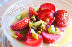 Søte jordbær smaker kjempegodt sammen med hvit sjokoladesaus! Pynt med pistasjnøtter hvis du vil. Oppskriften holder til ca. 4 porsjoner.