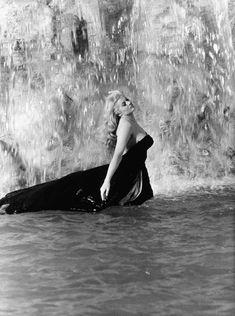 Anita Ekberg dans la Fontaine de Trevi sur le tournage de La Dolce Vita en 1960