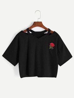 Camiseta con cuello en V con abertura y parche de rosa