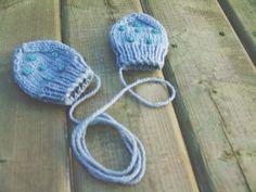 Patron de mitaines pour bébé gratuit (tricot). Free baby mittens knitting pattern.